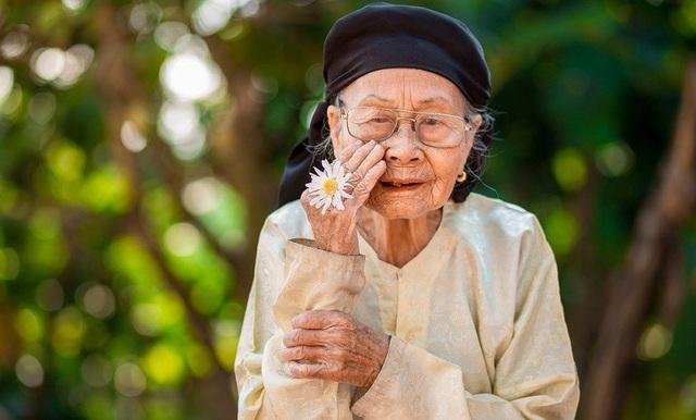 Xúc động bộ ảnh bà ngoại 99 tuổi bên cúc họa mi - 12