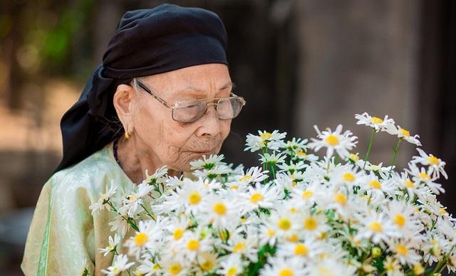 Xúc động bộ ảnh bà ngoại 99 tuổi bên cúc họa mi - 13