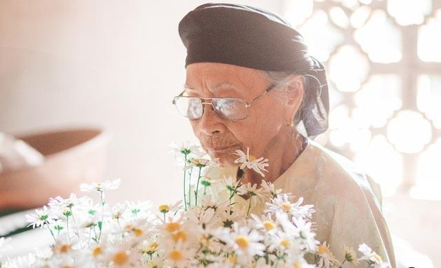 Xúc động bộ ảnh bà ngoại 99 tuổi bên cúc họa mi - 15