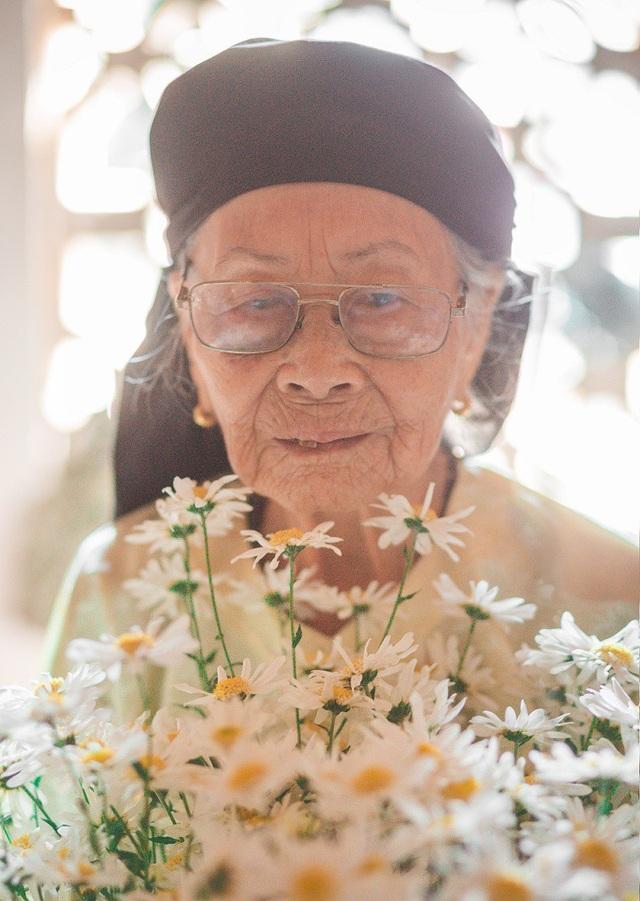 Xúc động bộ ảnh bà ngoại 99 tuổi bên cúc họa mi - 16