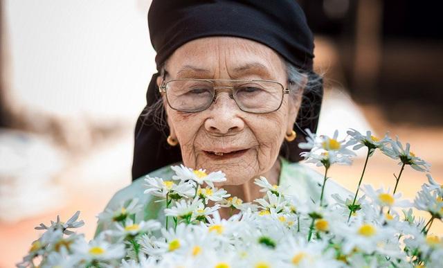 Xúc động bộ ảnh bà ngoại 99 tuổi bên cúc họa mi - 4