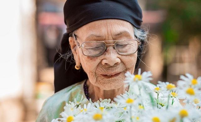 Xúc động bộ ảnh bà ngoại 99 tuổi bên cúc họa mi - 5