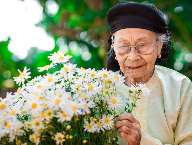 Xúc động bộ ảnh bà ngoại 99 tuổi bên cúc họa mi - 1