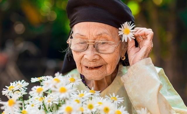 Xúc động bộ ảnh bà ngoại 99 tuổi bên cúc họa mi - 2