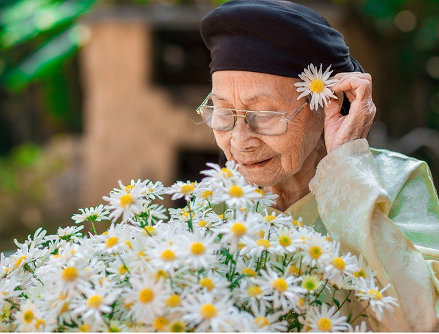 Xúc động bộ ảnh bà ngoại 99 tuổi bên cúc họa mi - 7