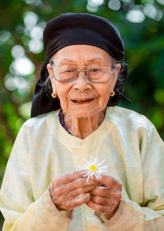 Xúc động bộ ảnh bà ngoại 99 tuổi bên cúc họa mi - 8