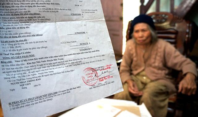 Cụ Đàm Thị Lích với giấy báo nộp thuế lên đến hơn 5,7 tỷ đồng cho 253m2 đất.