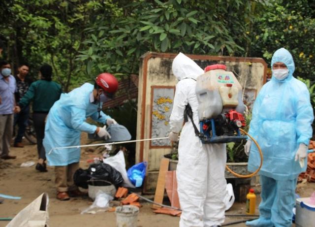 Lực lượng chức năng xử lý hóa chất, phun thuốc khử trùng tại các nơi có dịch