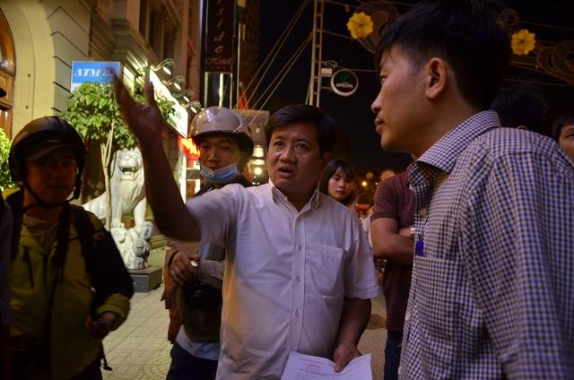 Tối 7/3, ông Đoàn Ngọc Hải, Phó Chủ tịch UBND quận 1 tiếp tục chỉ huy lực lượng ra quân kiểm tra, xử lý những trường hợp lấn chiếm lòng lề đường.