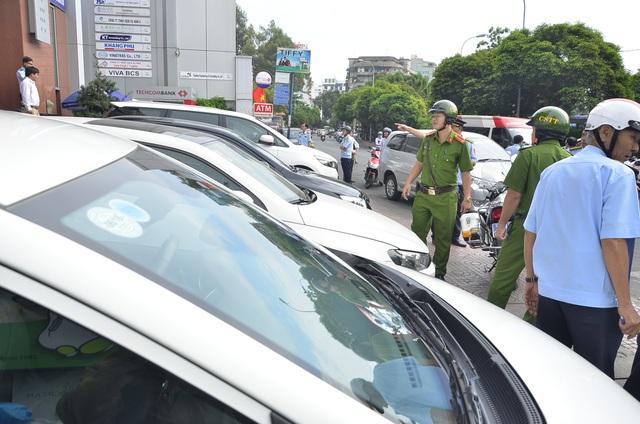 Vỉa hè trước tòa nhà Central Park trên đường Nguyễn Trãi bị lấn chiếm để làm chỗ đậu xe ô tô