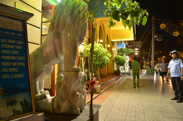2 con sư tử bằng đá để chiếm vỉa hè của người đi bộ