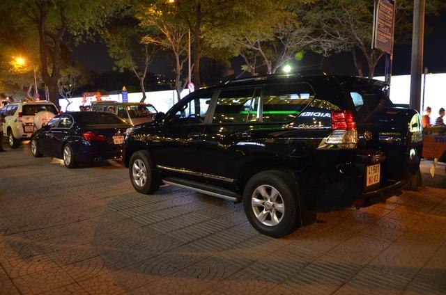 3 chiếc ô tô biển số ngoại giao đậu ngược chiều trên vỉa hè đường Tôn Đức Thắng