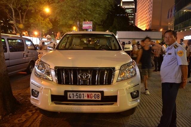 Lực lượng chức năng lập biên bản 2 chiếc xe biển số ngoại giao đậu trên vỉa hè