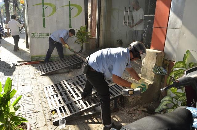 Vỉa hè đường Trần Quang Khải bị người dân lấn chiếm, xây lối ra vào nhà trái phép
