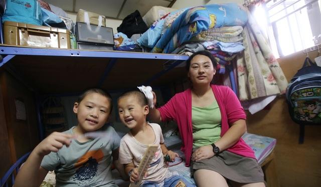 Một gia đình Hong Kong trong căn hộ 12 m2 được mô tả là nóng như lò. (Ảnh: SCMP)