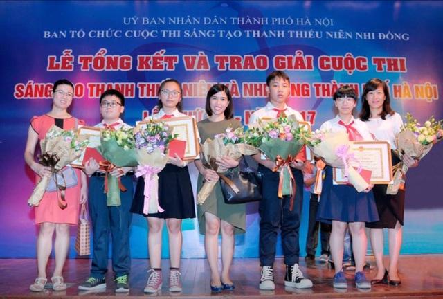 Các cô giáo trường THCS Trưng Vương (Hà Nội) chung vui cùng nhóm học sinh đoạt giải đặc biệt.