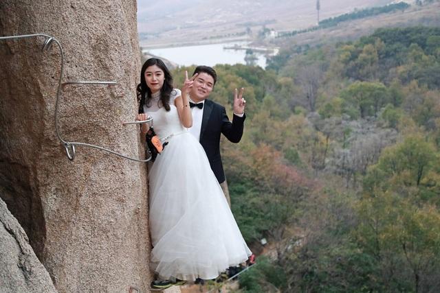 Cặp đôi chụp ảnh cưới giữa lưng chừng vách núi cao
