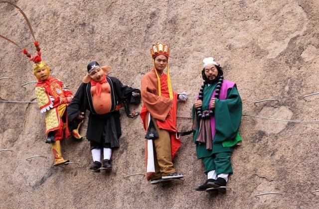 4 người trong ê kip đóng giả làm các nhân vật chính của Tây Du Ký hỗ trợ cho bộ ảnh thêm độc đáo