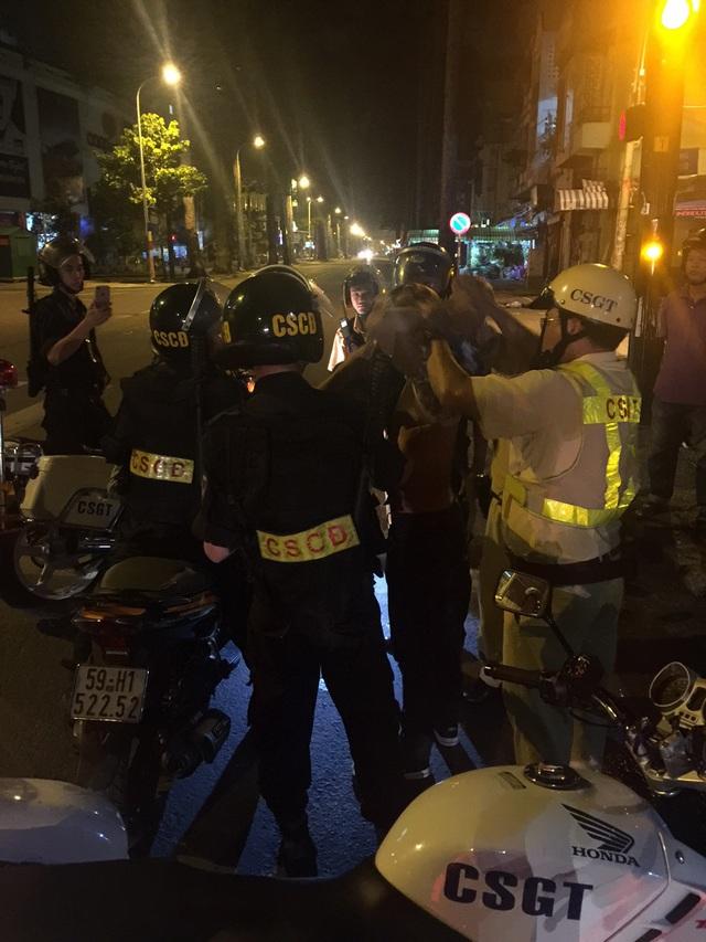 Lực lượng CSCĐ và CSGT khống chế 2 nghi phạm cướp xe máy tại hiện trường