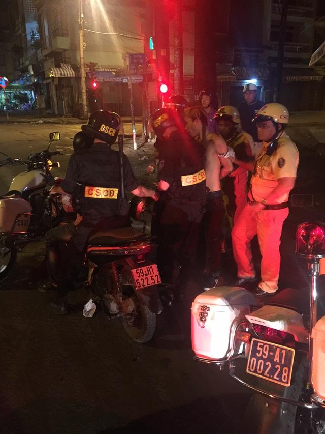 Gần chục Cảnh sát khống chế 2 tên cướp manh động - 1