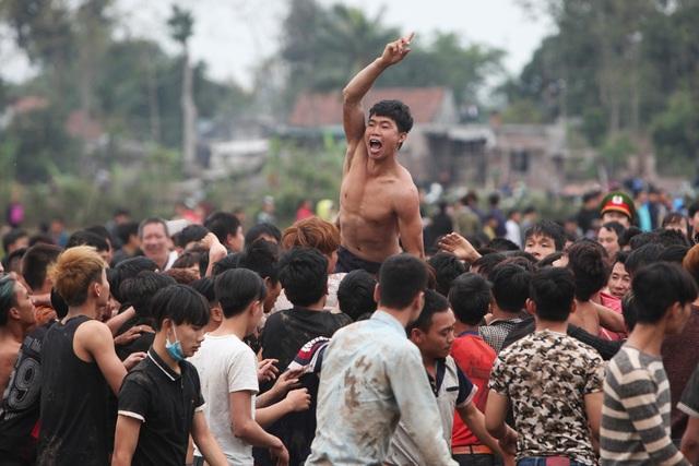 Hàng nghìn thanh niên trai tráng lao vào cướp phết, làm náo nhiệt cả một vùng quê vốn nổi tiếng yên bình.