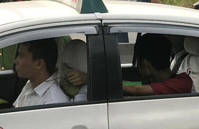 Nghi can Duy thực hiện lại hành vi dùng dây siết cổ tài xế taxi ngay giữa XLHN khi xe đang chạy.