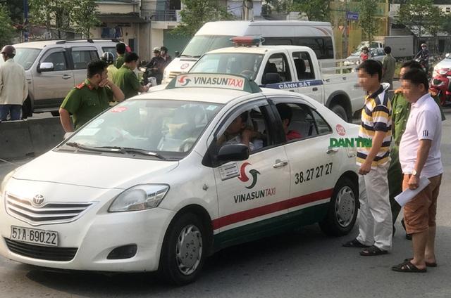 Tên cướp siết cổ tài xế taxi khi xe đang chạy trên xa lộ Hà Nội - 5
