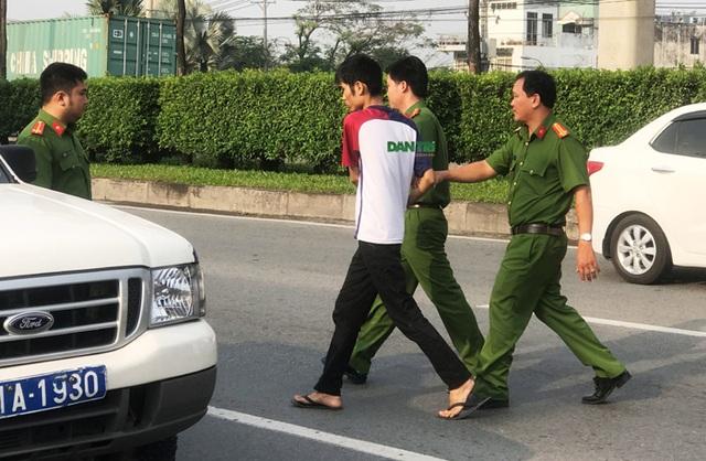 Tên cướp siết cổ tài xế taxi khi xe đang chạy trên xa lộ Hà Nội - 7