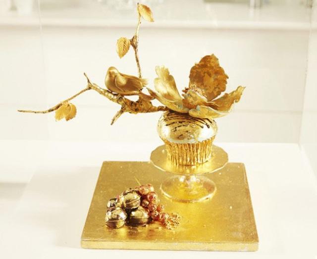 Trong tuần lễ Cupcake thế giới, một chiếc bánh Cupcake dát vàng 24 Karat cực kỳ lộng lẫy đã được giới thiệu với các quan khách. Chiếc bánh đặc biệt này được làm từ mứt đào, chocolate, phần bơ làm từ rượu Chateau Yquem,... Giá của chiếc bánh này rơi vào khoảng 1300 USD (khoảng 29,5 triệu VNĐ)