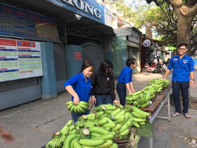 Đoàn viên thanh niên Đồng Nai bán chuối hỗ trợ bà con nông dân (ảnh: LHTN Đồng Nai)