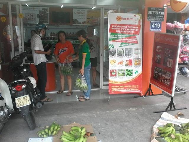 Người dân TPHCM mua chuối ủng hộ nông dân Đồng Nai tại 419 Nơ Trang Long (TPHCM) vào chiều 19/2 (ảnh: CTP)