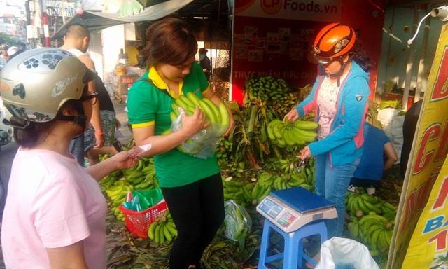 Các điểm bán chuối nghĩa tình mấy hôm nay chỉ bán vài tiếng mỗi ngày là hết hàng vì tình nguyện viên thu gom không đủ người (ảnh: CTP)