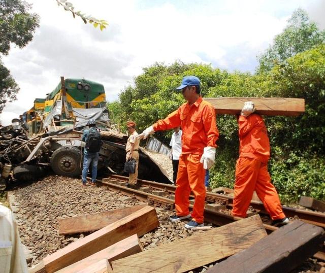 Lực lượng cứu hộ nỗ lực khắc phục để thông tuyến đường sắt Bắc - Nam