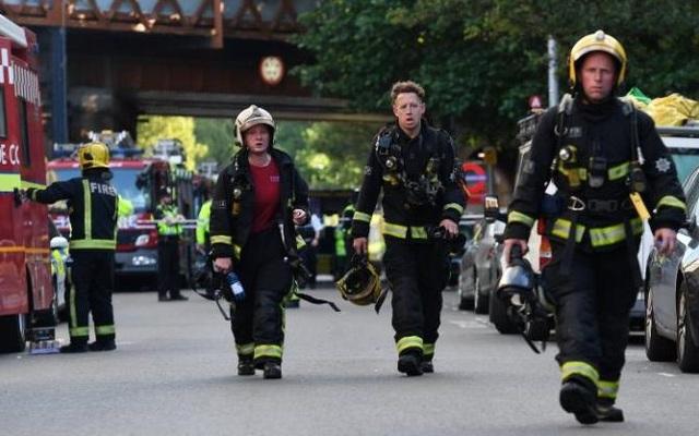 Hơn 100 cảnh sát, 100 nhân viên y tế và khoảng hơn 200 lính cứu hỏa vẫn có mặt tại hiện trường vụ cháy. (Ảnh: EPA)