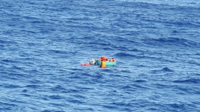 Lực lượng cứu nạn tiếp cận các ngư dân gặp nạn