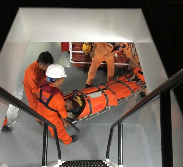 Ngư dân Đán được đưa vào bờ và chuyển đến bệnh viện tiếp tục điều trị
