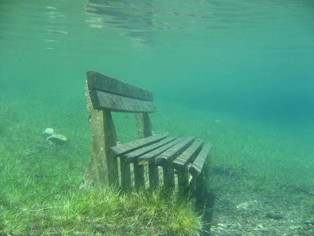 Băng ghế đá nằm trong nước vào mùa hè