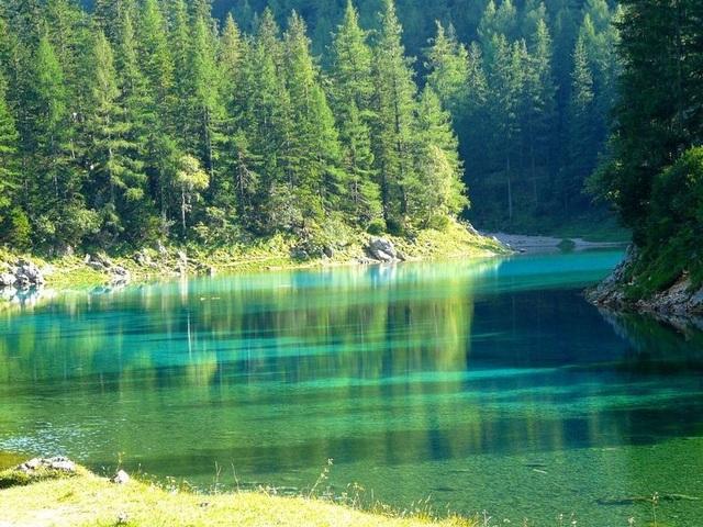 Công viên xanh mát đột nhiên biến thành hồ nước sâu - 7
