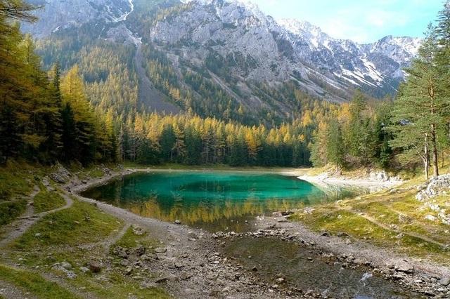 Khung cảnh thần tiên xung quanh hồ nước