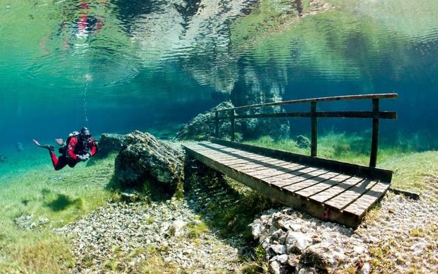 Lối đi chìm trong biển nước