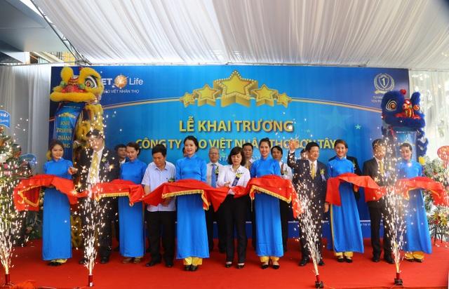 Lãnh đạo Bảo Việt Nhân thọ và lãnh đạo địa phương cắt băng khánh thành Bảo Việt Nhân thọ Sơn Tây.