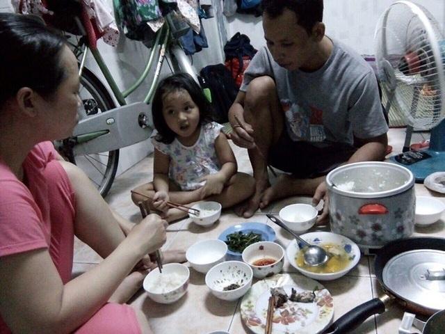 Mấy tháng trời vào Sài Gòn khám bệnh, cả nhà chị Thùy phải ở ké trong căn phòng trọ hơn 10m2 của người em gái để đỡ tốn kém