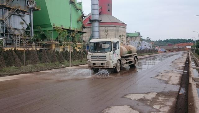 Công nhân và máy tưới nước thường xuyên để đảm bảo an toàn và bụi bặm không bay ra khu dân cư.