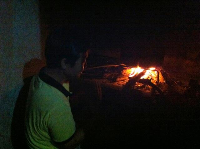 Mặc dù có nồi cơm điện nhưng những người dân nơi đây vẫn phải nấu cơm bằng bếp củi.