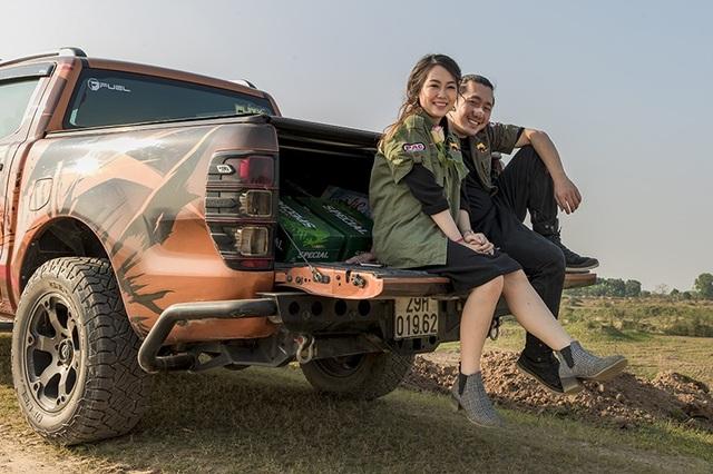 Cô dâu Tô Hải Phương và chú rể Uông Thế Tùng cùng với những người bạn đam mê xe ô tô địa hình leo dốc đã tổ chức buổi rước dâu độc đáo này.