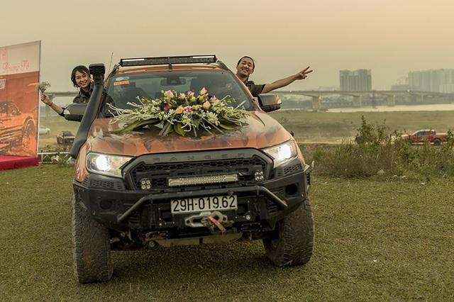 """Cặp đôi sinh năm 1991 cùng với đoàn xe """"khủng"""" đã thu hút rất nhiều sự chú ý khi chạy vòng quanh Hà Nội."""