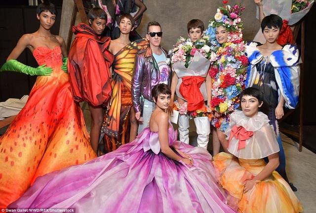 Các người mẫu và giám đốc sáng tạo của Moschino - Jeremy Scott