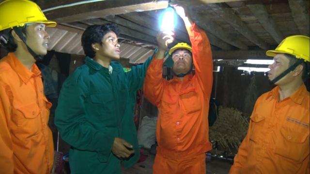 Công nhân ngành điện đưa ánh sáng vào nhà dân