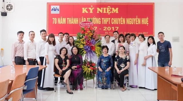 Nguyễn Đức Tuyên bên cô giáo và các bạn cùng lớp