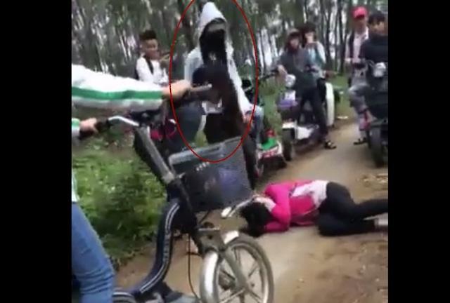 Clip xuất hiện trên mạng xã hội đến chóng mặt và được xác định là nữ sinh lớp 10 của Trung tâm GDTX huyện Diễn Châu (Nghệ An). Nữ sinh đánh bạn mặc áo ấm mang khẩu trang.